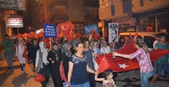 Demokrasi Yürüyüşüne Binlerce Vatandaş Katıldı