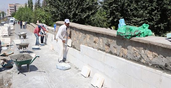 Mezarlık Duvarları Yenileniyor