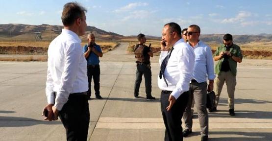 Vali Atik, Havalimanı İşçilerinin Çalışmadığı Görünce Firma Yetkilisini Fırçaladı