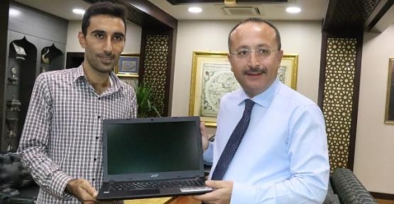 Vali Atik, KPSS Türkiye Birincisini Ödüllendirdi