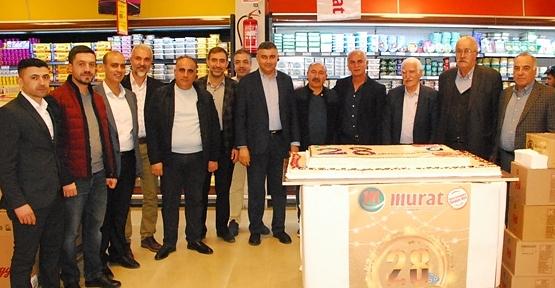Murat Market 28 Yıllık Başarısını Müşterileriyle Pasta Keserek Kutladı