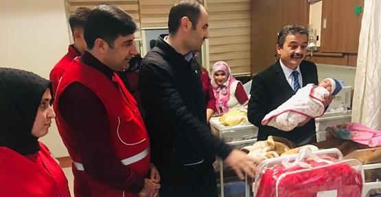 Yeni Yılın İlk Bebeğine Kızılay'dan Sevgi Bohçası Hediye Edildi