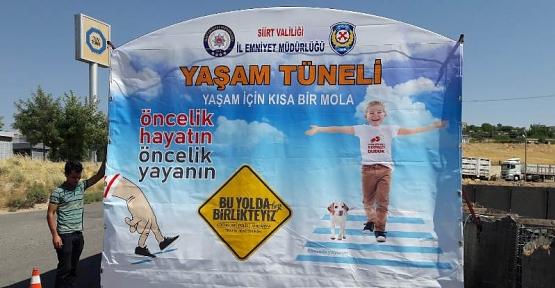 """Siirt'te Trafik Ekipleri Yola Çıkan Sürücüleri """"Yaşam Tüneli""""ne Aldı"""