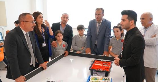 Vali Atik, Bahçeşehir Koleji'nde Robotik Tasarım Sergisini İnceledi