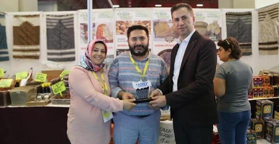 10 Yıldır Antalya YÖREX Fuarına Katılan Siirt Pazar'a Plaket Verildi