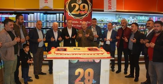 Murat Market 29 Yıllık Başarısını Müşterileriyle Pasta Keserek Kutladı