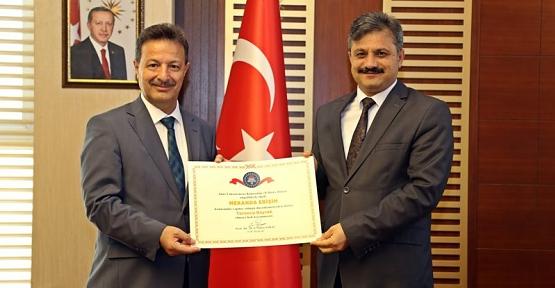 Rektör Erman, Birim Amirlerine Turuncu Bayraklarını Dağıttı