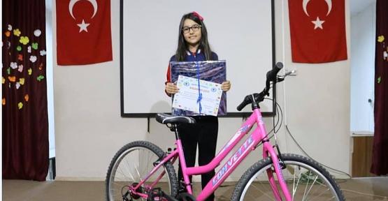İremsu Akdağ, Kazandığı Bisikleti Maddi Durumu İyi Olmayan Arkadaşına Hediye Etti