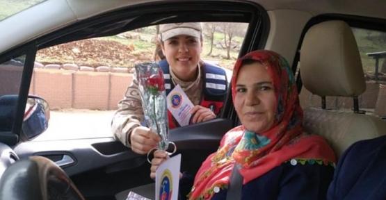 Jandarmadan Trafik Uygulamasında Kadınlara Çiçekli Kutlama