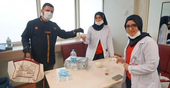 Nacaroğlu'ndan Devlet Hastanesi Çalışanlarına Baklava İkramı