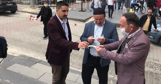 AK Parti Merkez İlçe Başkanı Öner Geyik Güres Caddesinde Vatandaşlara Maske Dağıttı