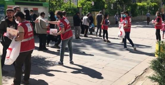Kızılay Güres Caddesinde Maske ve Dezenfektan Dağıttı