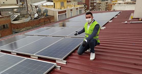 Kurduğu Güneş Panelleriyle Elektriğini Bedavaya Getirip, Fazlasını da Satacak