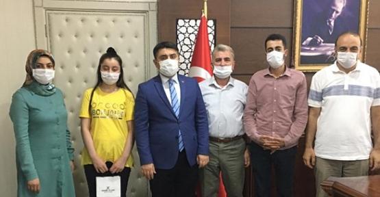 Baykan Kaymakamı Mehmet Tunç, LGS İlçe Birincisi İkbal Yıldızata' yı Ödüllendirdi