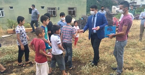 Baykan Kaymakamı/Belediye Başkan Vekili Mehmet Tunç, Çocukları Sevindirdi