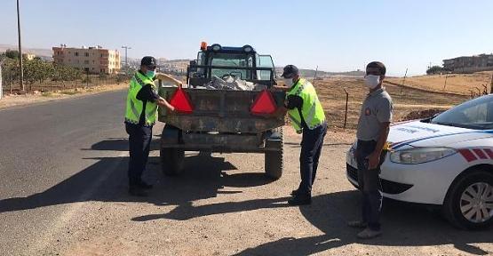 Jandarma Kamyon ve Traktör Sürücülerine Reflektör Dağıttı