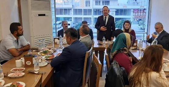AK Parti Merkez İlçe Başkanı Öner Geyik, Muhtarları Yemekte Ağırladı