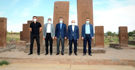 Bitlis Valisi Çağatay, Siirt, Trabzon ve Van Valilerine Selçuklu Mezarlığını Gezdirdi