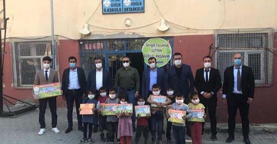 Şirvan Kaymakamı Recep Hasar ve Başkan Necat Cellek'ten Köy Okullarına Okuma Yazma Seti