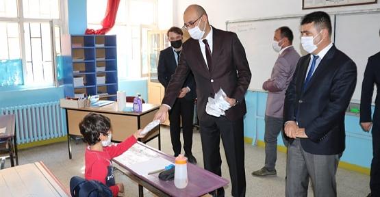Kaymakam/Belediye Başkan V. Aydın, Öğrencilere Maske Dağıttı