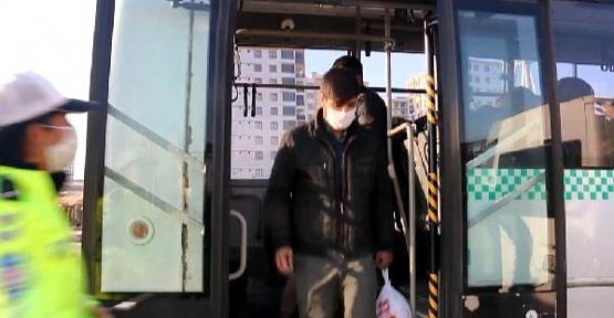 Siirt'te Toplu Taşıma Araçlarındaki Fazla Yolcuları Polis Ekipleri Evlerine Bıraktı