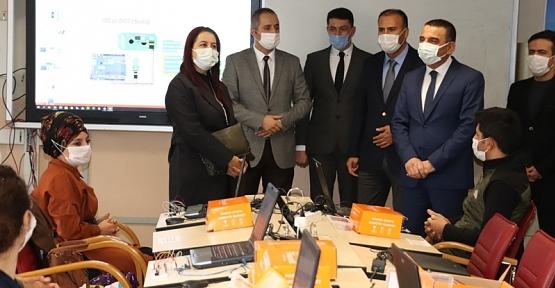 Vali/Belediye Başkan V. Hacıbektaşoğlu,Siirt Robotlu Okullar Projesinde Eğitim Gören Öğretmenleri Ziyaret Etti