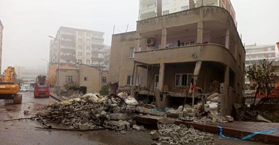 Depremde Hasar Gören 2 Katlı Evin Yıkımına Başlandı