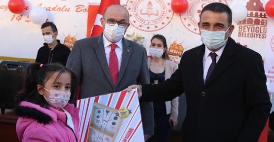 """Doğu ve Güneydoğu'daki Çocuklar İçin Hazırlanan """"Hediye Karavanı"""" Siirt'te"""