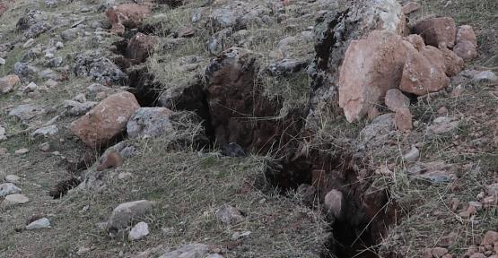 Siirt'te Deprem Sonrası Oluşan Derin Yarıklar Endişelendirdi