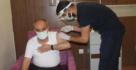 İlk Aşıyı Siirt Eğitim ve Araştırma Hastanesi Başhekimi Prof. Dr. Selahattin Vural Yaptırdı