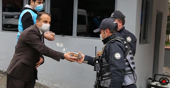 Siirt Belediyesi, Polis, Sağlık Çalışanları ve Vatandaşlara Kandil Simidi İkram Etti