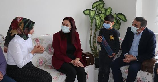 """Vali Hacıbektaşoğlu ve Eşi Güney Hacıbektaşoğlu, Şehit Annesini """"8 Mart Dünya Kadınlar Günü'nde Ziyaret Etti"""