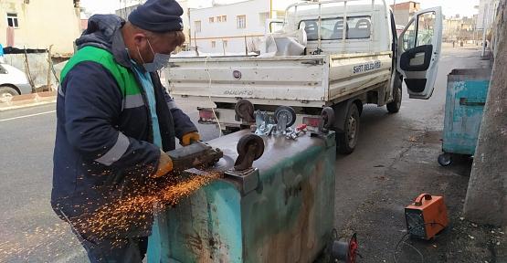 Belediye Çöp Konteynerlerini Onarıyor