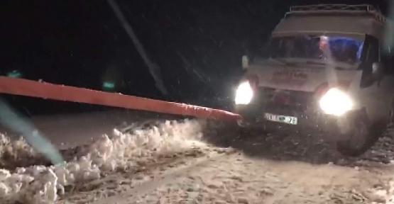Karda Mahsur Kalan Yolcu Minübüsü Kurtarıldı