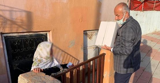 Siirt Belediyesi İhtiyaç Sahibi Vatandaşlara Gıda Yardım Kolisi Dağıtıyor