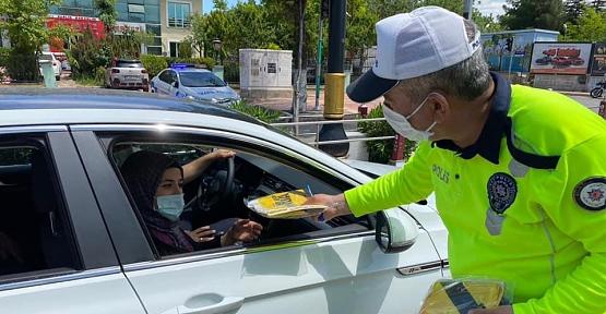 Siirt'te Trafik Ekipleri Anneler Gününde Sürücülere Hediyeler Dağıttı