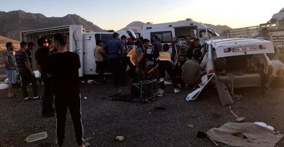 Eruh'ta Kamyonet ve Otomobil Çarpıştı: 2 Ölü, 7 Yaralı