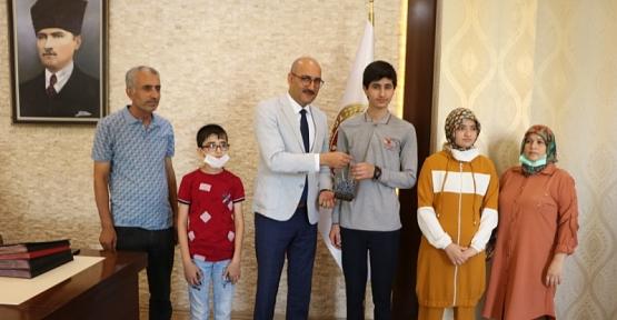 Kurtalan Kaymakamı/Başkan V. Aydın, LGS Siirt Birincisi Dlyar Safo'yu Ödüllendirdi
