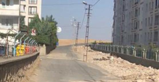 Yolun Ortasında Kalan Elektrik Direklerinin Kaldırılması İsteniyor