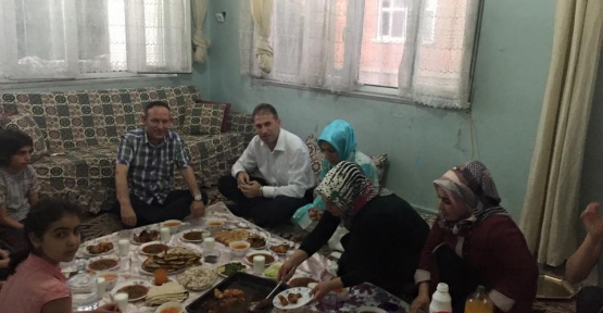 AK Parti Siirt İl Teşkilatı İftar Yemeklerinde Vatandaşlarla Bir Araya Gelmeye Devam Ediyor