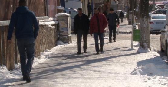 Ara Sokaklar ve Kaldırımlar Buz Pisti