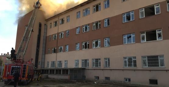 Boş Hastaneyi Ateşe Verdiler