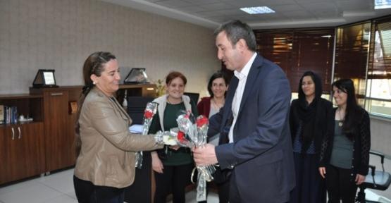 Eş Başkan Bakırhan'dan Kadın Personele Karanfil