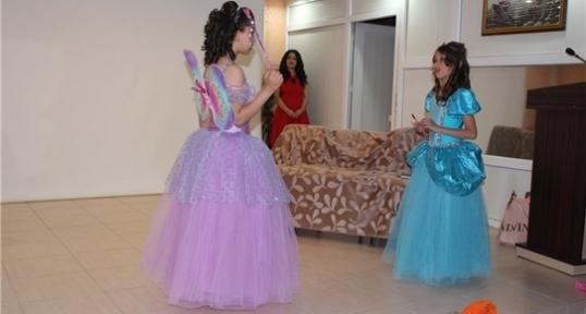Öğrencilerden Yabancı Konuklar İçin İngilizce Tiyatro