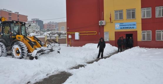 Okul Bahçelerinde Biriken Karlar, Belediye Ekipleri Tarafından Temizlendi