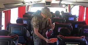 Baykan'da Yol Kontrolü Yapan Askerden Bayram Kutlaması