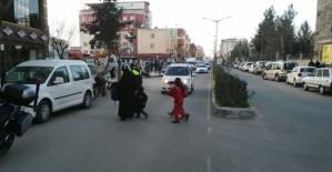 Öğrencilerin Ellerinden Trafik Polisi...