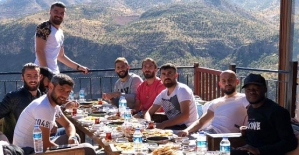 """Futbolcular, Galibiyeti ve Cumhuriyet Bayramını """"Delikli Taş"""" Mesire Alanında Kutladı"""