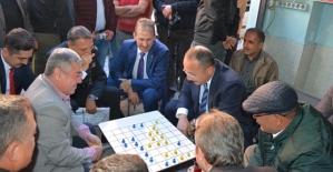 Vali Atik, Özgen Pasajındaki  Vatandaşlarla Dama Oynadı, Sohbet Etti