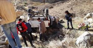 Araç Şarampole Yuvarlandı;2 Yaralı